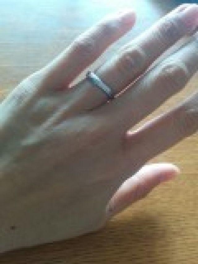結婚指輪になります。色はシルバーです。