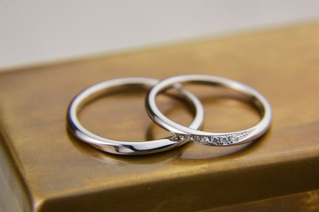 女性用は7連ダイヤモンドの埋込み。男性用はシンプルなデザイン