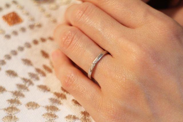 真ん中に小さいダイヤ、両サイドのさらに小さいダイヤがふたつ。