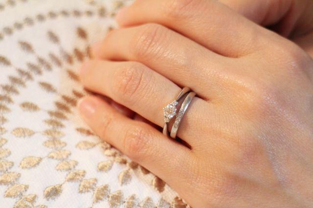 婚約指輪と重ねづけするとこんな感じ。