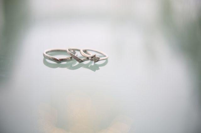 結婚式のアルバムに結婚指輪と婚約指輪を並べて撮った写真です。