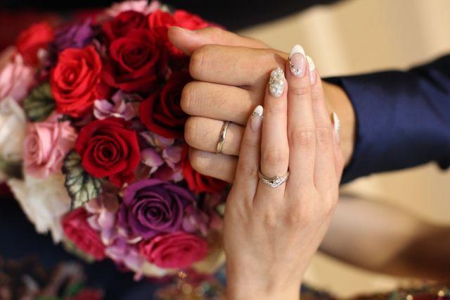 結婚式当日にブーケと一緒に撮った指輪の写真です。