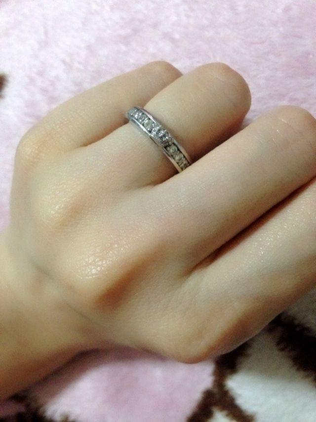 女性のリングのデザインです。男性のリングは石が黒になります。