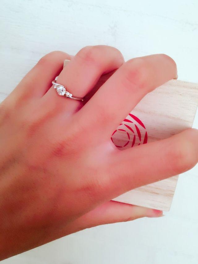 ダイヤの周りにゴールドがありきれいなカーブラインの指輪です