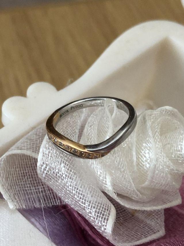 形も色合いもキレイでつけていると指がとてもキレイに見えます!