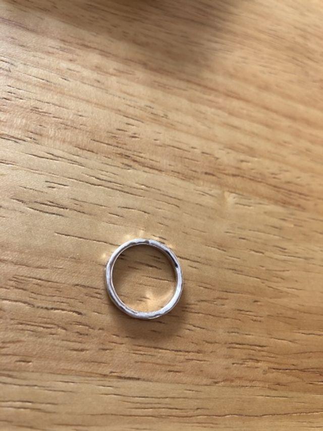 指輪をはめたときの異物感が感じられないように作られています。