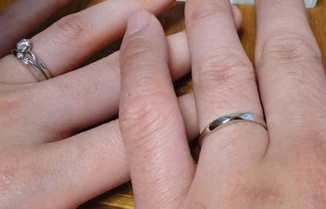 婚約指輪と結婚指輪を重ねて付けています。
