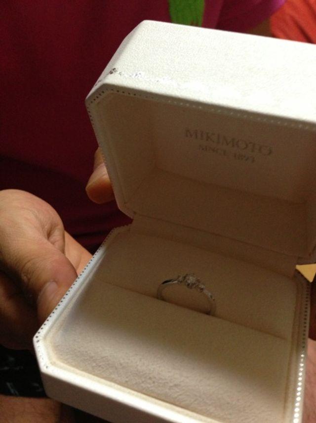 婚約指輪です。ダイヤは何粒か見せて頂いた中で選びました。