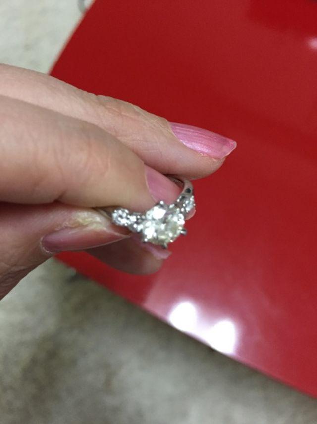 真ん中のダイヤが1ct.サイドが、0.25カラットのダイヤ