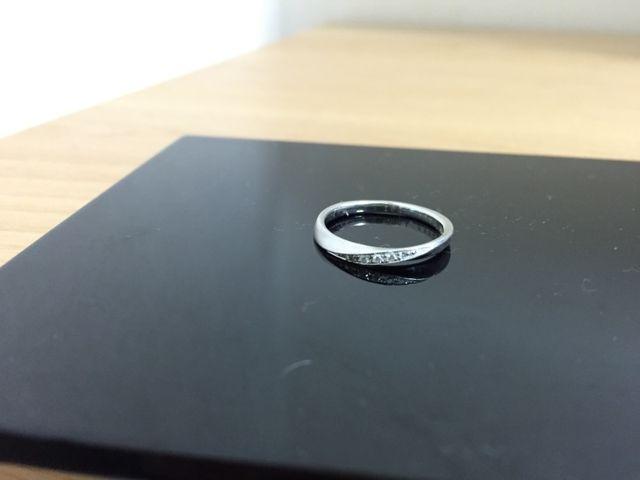 指輪はナナメのラインでダイヤが、横に5.6個並んでいます。