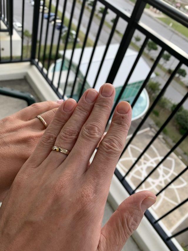 挙式後に撮影。指輪が着くと結婚した実感が湧いてきました。