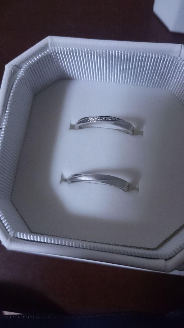 結婚指輪です。付け心地と婚約指輪との相性で選びました