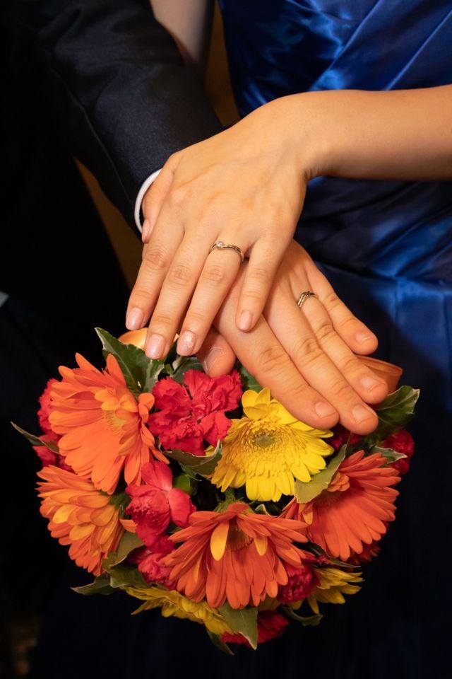 指輪をはめて結婚式での撮影