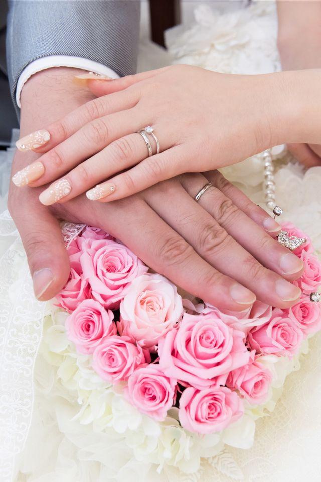 当時お店で一番細いモデル。婚約指輪は他社のものです。