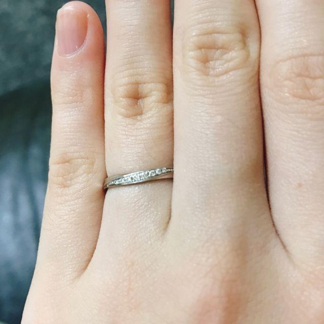 プラチナ素材でダイヤモンドが並んだ波打ったデザインです。