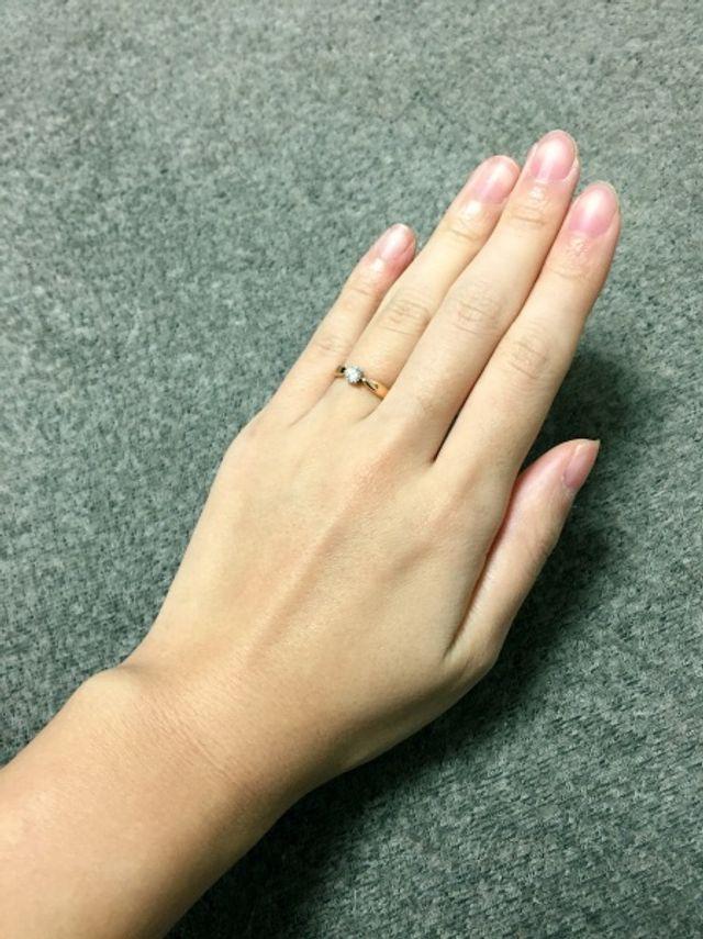 婚約指輪は特別な物です。ダイヤの輝きにドキドキしました。