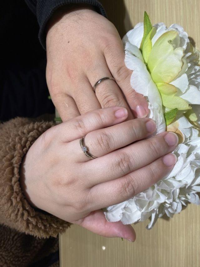 婚約指輪と一緒に合わせても違和感ないデザイン!