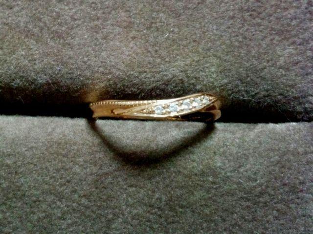 ひねりの効いたデザインでミル打ちとダイヤが映えます
