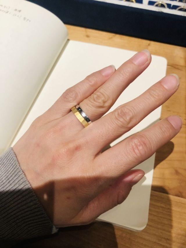 追目とフラットなシンプルな指輪の重ね付け
