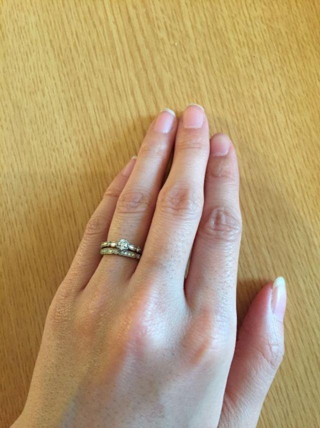 婚約指輪と結婚指輪を重ねてつけた写真