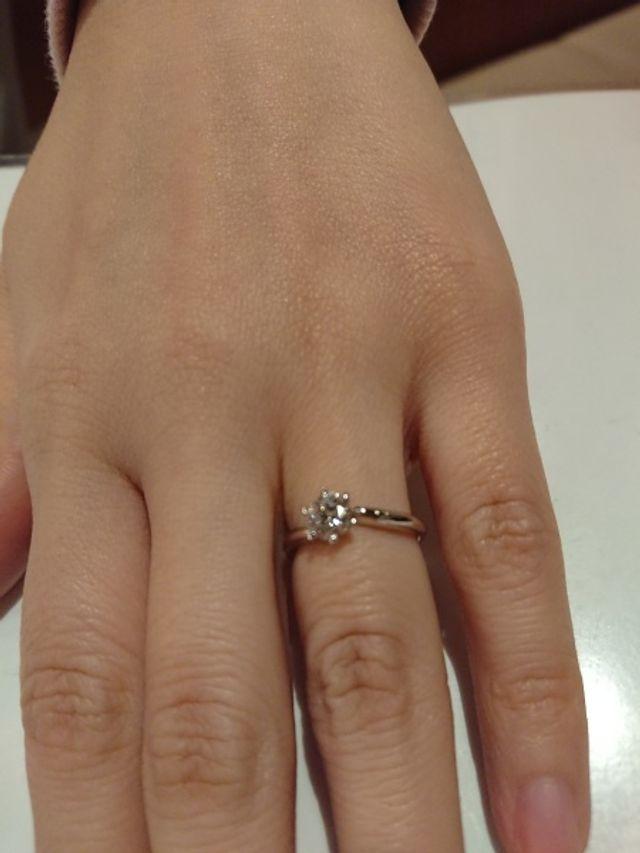 彼女も大満足の婚約指輪です
