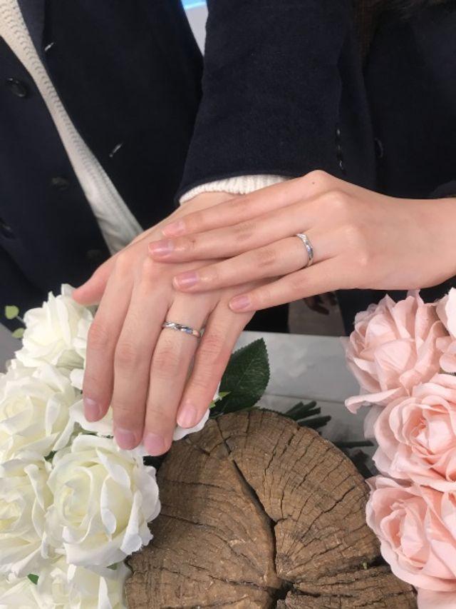 夫婦でお互いに向けて作った、捻りが入った指輪です