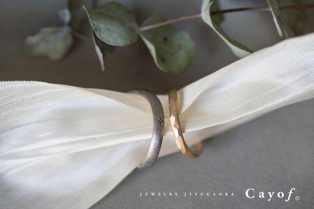 内側に婚約記念日の刻印とダイヤを埋め込んでます。