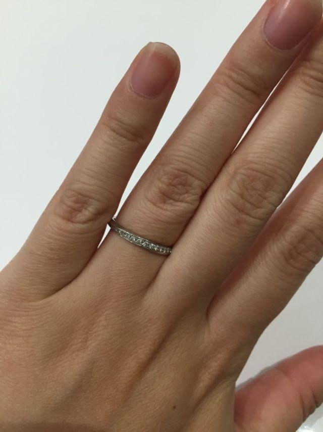 小さなダイヤがあしらわれており歳を重ねても似合うデザイン