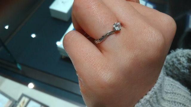 vラインで指が綺麗に見え、シンプルで可愛い