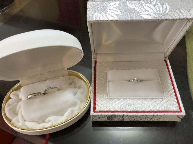 右が婚約指輪で左が結婚指輪です