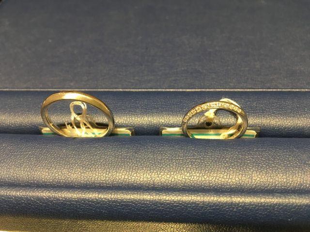 女性用の指輪は上半分にダイヤが散りばめられています。