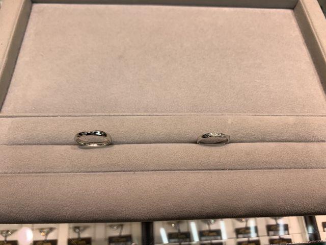 結婚指輪です。婚約指輪と似合うデザインを選びました。