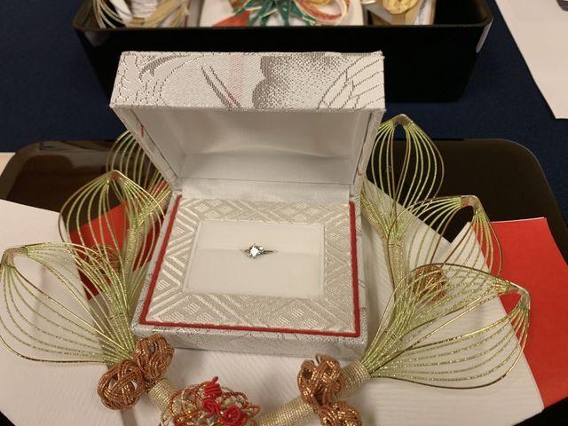 婚約指輪です。中央は大きく両隣に小さいダイヤが付いています。