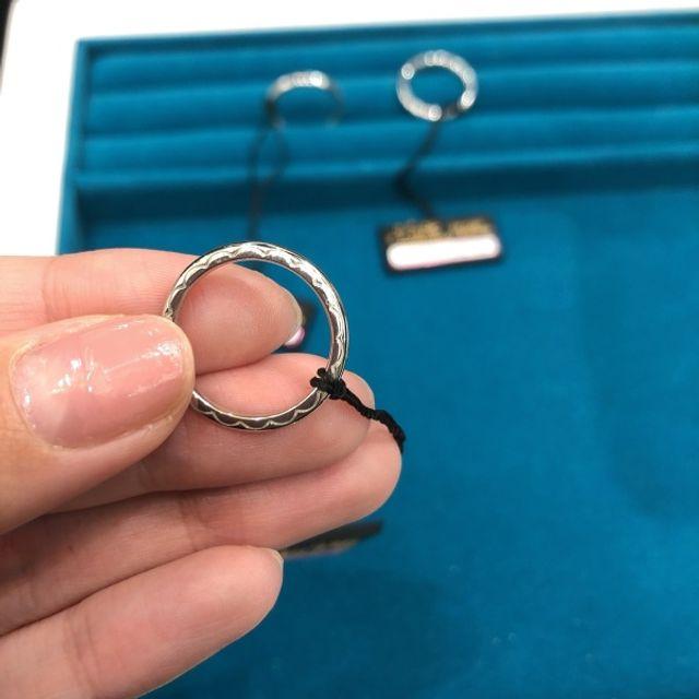さりげないデザインが素敵な指輪です。