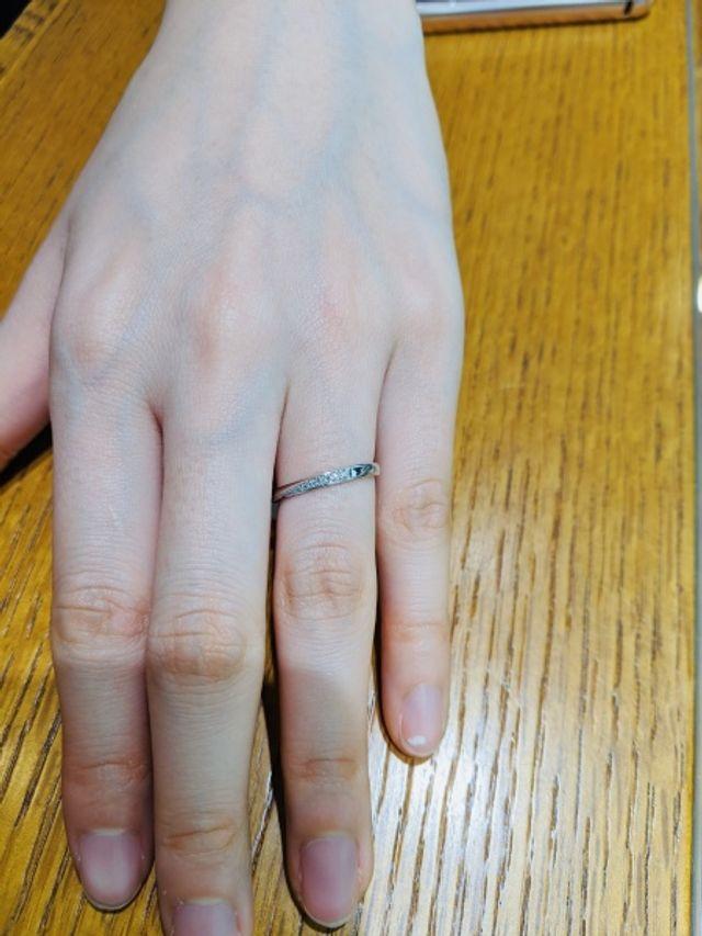 ダイヤの入り方がユニークな指輪。ダイヤの輝きがよく分かる。