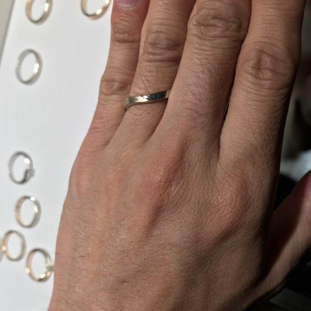 少しひねりがあるシルバー型タイプの結婚指輪でした。