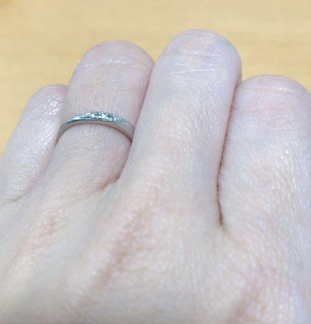 ねじれとダイヤが3つ並んでるよくあるデザインです。