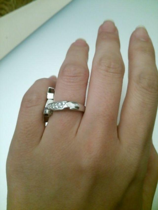 軸は安定感のある太めで、ダイヤモンドはハーフデザインです。