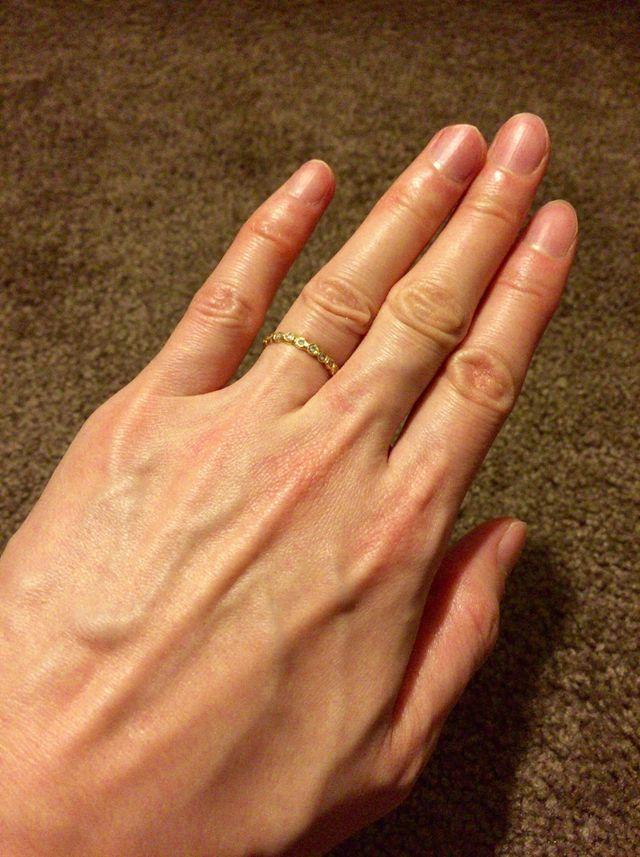 ゴールドにダイヤモンドが10粒入った結婚指輪