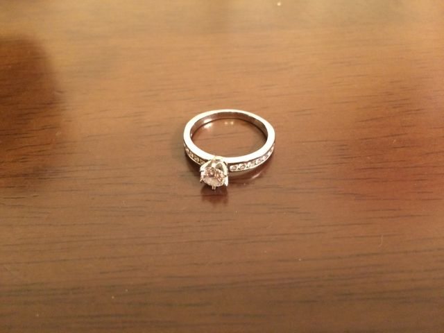 周りのダイヤで一粒ダイヤの輝きが引き立っています。
