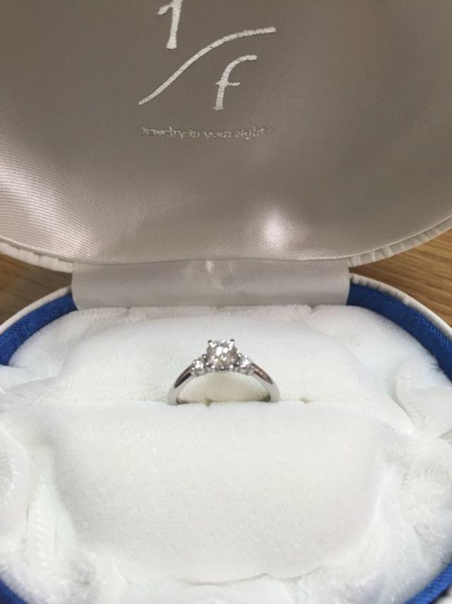 中央にメインのダイヤ、両端に可愛らしいダイヤが付いています