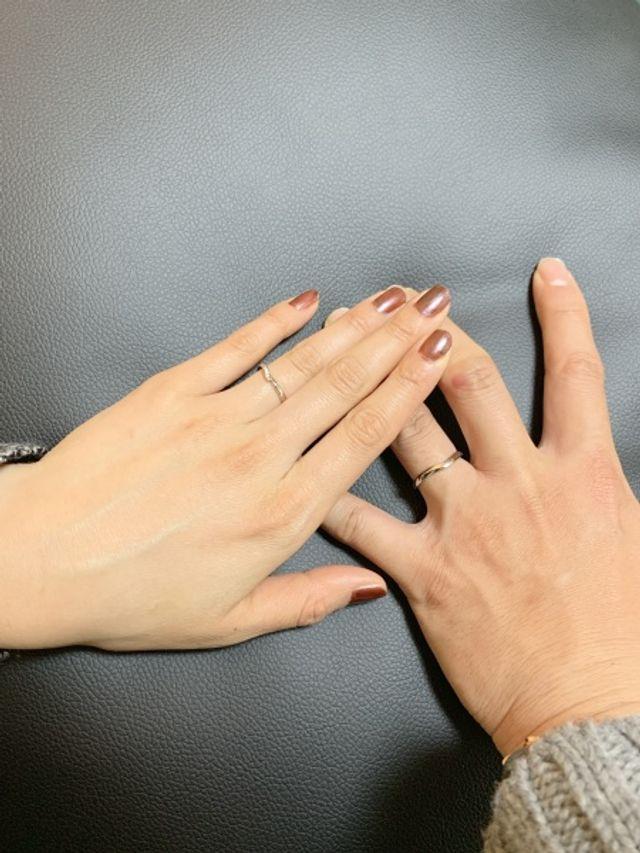 ペアでVラインの指輪にしました。