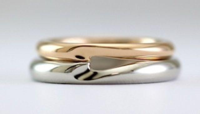 指輪を重ねるとハート型になるようにシンプルに仕上げました。