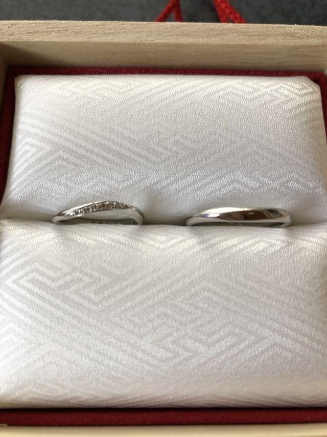 左側が女性用でダイヤがあしらってあります