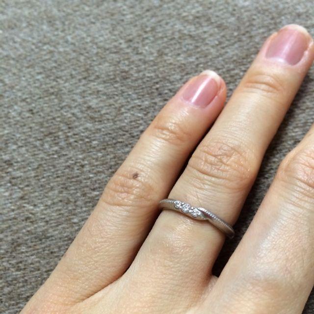 中央部が少しクロスし、ダイヤが3粒あしらわれている結婚指輪