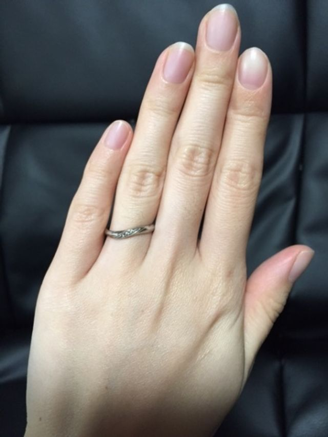 ダイヤが右斜め上に入っていて、指を長く見せる効果があるとか。