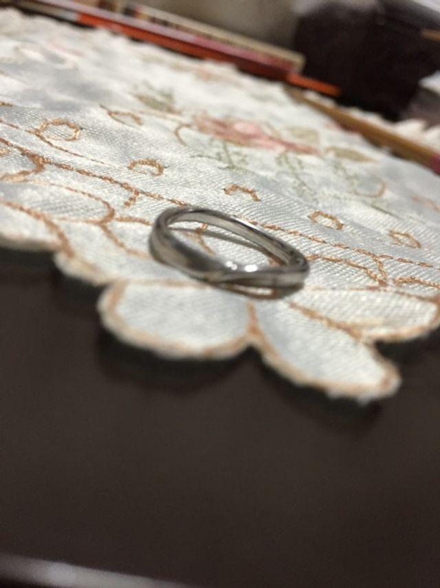 結婚指輪は、家事邪魔にならない華美過ぎないデザインを選別。