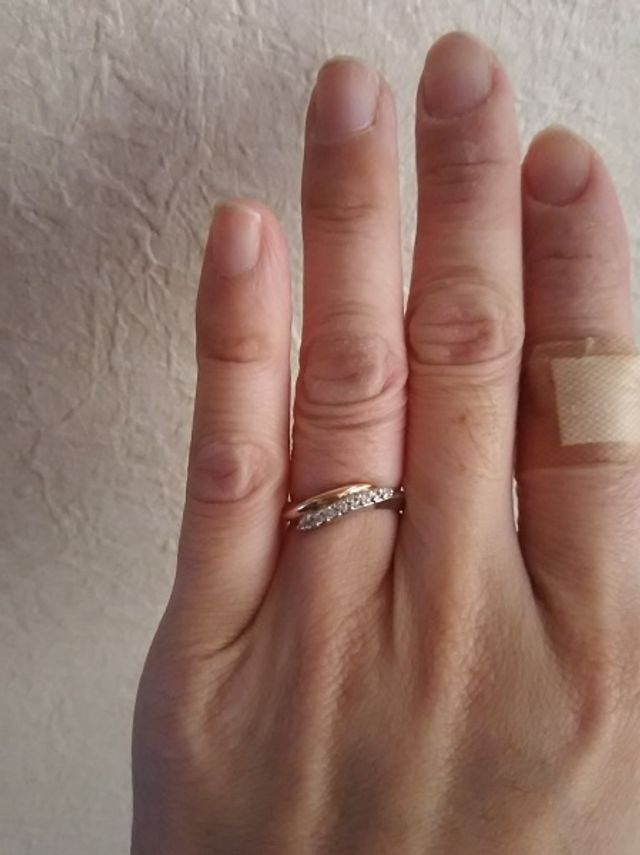 ダイヤが10個ついたゴールドとプラチナの指輪です