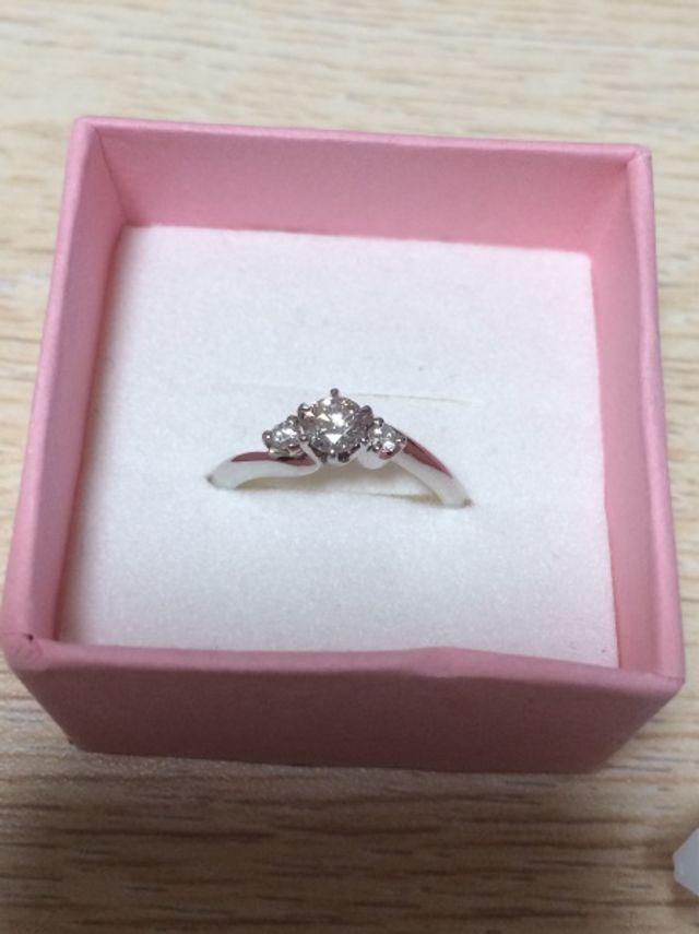 真ん中の大きなダイヤがとても綺麗です。