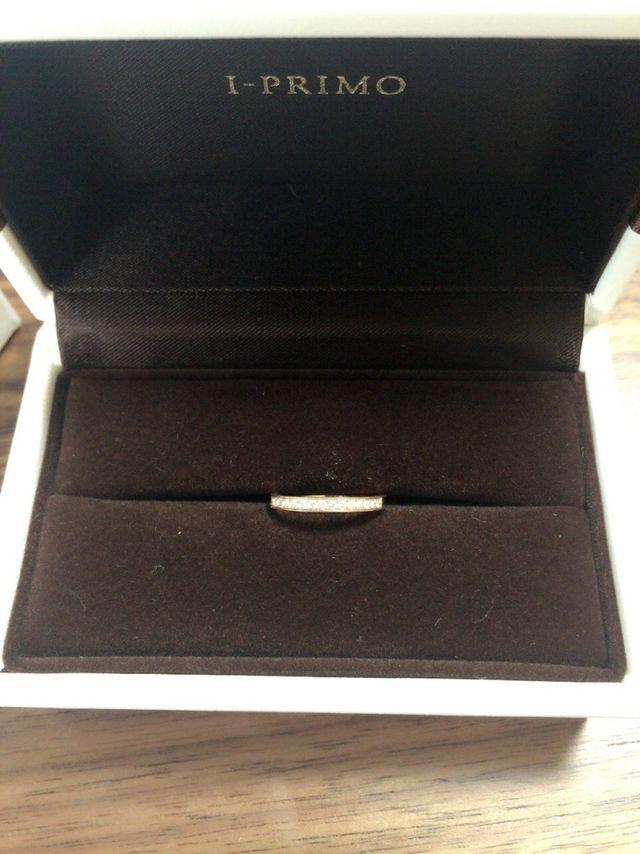 小粒のダイヤが入ったピンクゴールドの結婚指輪です。